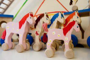 Į madą grįžta mediniai žaislai, bet didelė jų dalis – eksportuojama