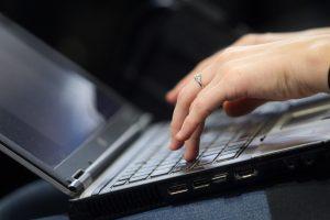 Tyrimas: gydymo įstaigos išrašo vis daugiau elektroninių receptų