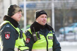 Vilniuje pareigūnai gelbėjo ant tilto turėklų sėdėjusį vaikiną