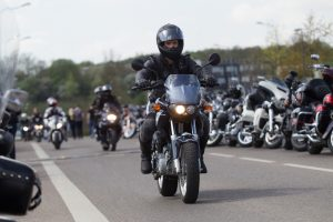 Įspėja: garsiai burzgiantiems motociklams naikinama techninė apžiūra
