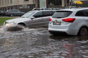 Po sostinę plovusios liūties upėmis virtusios gatvės – vėl pravažiuojamos