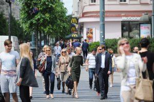Gali baigtis blogai: 8 iš 10 lietuvių, eidami per perėją, žiūri į telefoną