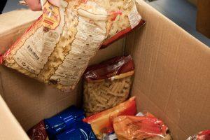 Savivaldybėse pradedama dalyti parama maistu
