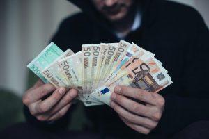 Pareigūnu apsimetusiam sukčiui vilnietė atidavė per 700 eurų
