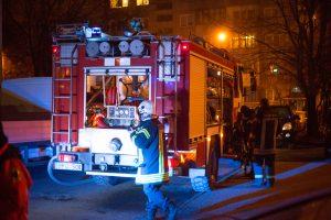 Ugniagesius ant kojų sukėlė Raseiniuose degantis butas