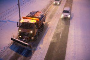 Įspėja vairuotojus: eismo sąlygas kai kur sunkina plikledis ir sniegas