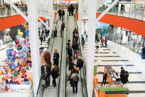 Užsieniečiai prekybos centruose pramogauja, lietuviai tvarko reikalus