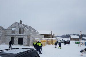 Skelbia kovą su nelegaliu darbu statybose