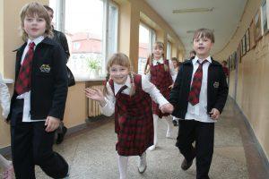 Atliko vertinimą: vaikai mokyklas keičia kaip kojines