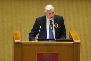V. Adamkus politikus ragino elgtis taip, kad jaunimas nenusiviltų valstybe