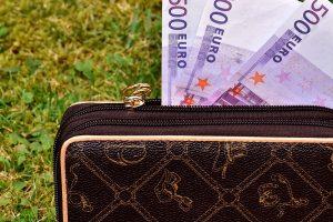 Vidutinis atlyginimas iki mokesčių Lietuvoje – jau beveik 900 eurų