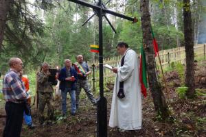 Sibiro buriatai talkina kapus tvarkantiems lietuviams