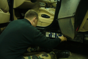 "Vilnietis kontrabandą iš Latvijos vežė dvigubame ,,BMW X5"" dugne"
