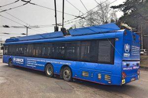 Į Vilniaus gatves išrieda mėlynasis Pabėgėlių agentūros troleibusas