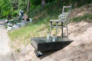 Po trejų metų V. Šapranausko kapą papuošė išskirtinis paminklas