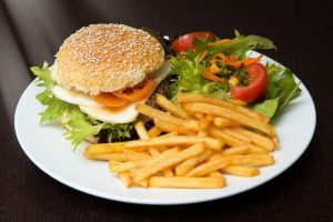 Atsivertimas: greitasis maistas jau adaptuojamas sveikuoliams
