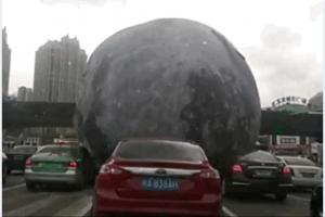 Kinijoje per audrą nufilmuotas automobilių stogais riedantis...Mėnulis