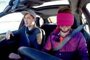 Kvapą gniaužiantis TV eksperimentas: vairavimas užrištomis akimis