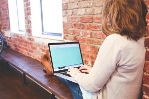 Moterys dėl savo privatumo internete nerimauja labiau nei vyrai