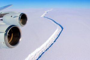 Antarktidos ledynuose veriasi gigantiškas plyšys