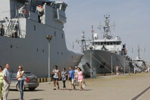 Rengiamasi priimti karinius laivus
