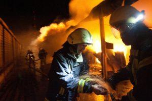 Vilniaus rajone atvira liepsna dega pastatas