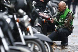 """Vokietijos policija krėtė baikerių grupuotės """"Hells Angels"""" pastatus"""
