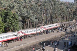 Egipte nuo bėgių nulėkė keleivinis traukinys, dešimtys žmonių sužeisti