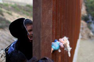 D. Trumpas grasina visiškai uždaryti JAV ir Meksikos sieną