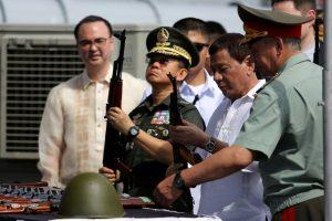 Filipinų prezidentas R. Duterte priėmė iš Rusijos atplukdytus ginklus