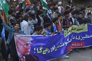 Apklausa: didžioji dalis palestiniečių prieštarauja D. Trumpo sprendimui