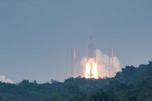 """Dėl techninio sutrikimo koreguojama raketos """"Ariane 5"""" iškeltų palydovų padėtis"""