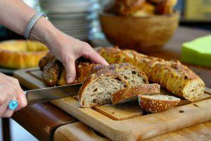 Dietologė paneigė mitą:  visagrūdė duona gali būti ir nenaudinga organizmui