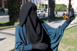 Danija uždraudė viešose vietose dėvėti burkas ir nikabus