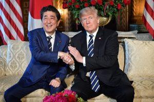 D. Trumpas prieš susitikimą su Kim Jong Unu priima Japonijos premjerą