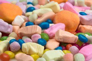 Kontrabandiniai rūkalai slėpti tarp saldainių ir sausainių