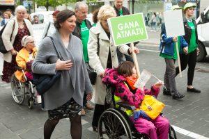 Vilniuje keli šimtai žmonių protestavo prieš neįgaliųjų atskirtį (papildyta)