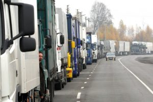 Prie Baltarusijos sienos su ES stovinčios sunkvežimių eilės sumažėjo