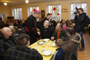Vyskupai ir vargstantieji –  prie bendro pietų stalo