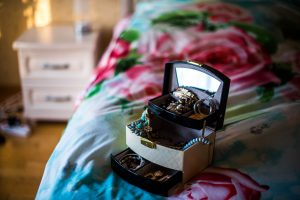 Naudingi patarimai, kaip išsirinkti papuošalų dėžutę