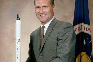 """Mirė aplink Mėnulį apskridęs """"Apollo 12"""" astronautas R. Gordonas"""