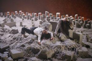 S. Scarlat scenoje – smėlio pilių miestas ir šokis apie destrukcijos svarbą