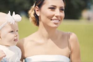 Vaizdo klipe Vasha paviešino dukrelės krikštynų detales
