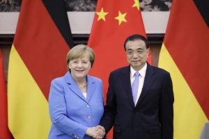 Vokietijos kanclerė ir Kinijos premjeras gina susitarimą su Iranu ir laisvąją prekybą