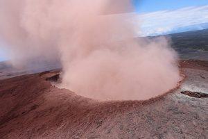 Ugnikalnio išsiveržimo nuniokotoje Havajų gyvenvietėje atsivėrė dvi naujos stemples