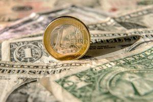 Euras šiemet nusmuko iki žemiausio taško, o dolerio pakilimas tęsiasi