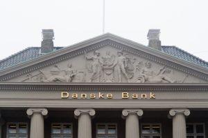 """""""Danske Bank"""" už įtariamą pinigų plovimą per Estijos filialą atsipirko įspėjimais"""