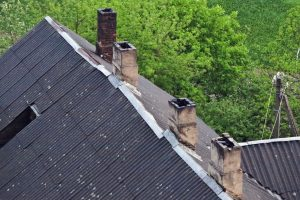 Nelaimė Skuode: mirė nuo stogo nukritęs vyras