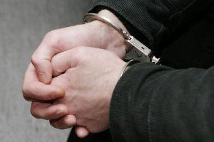 Neblaivaus vyro šou Raseiniuose: suplėšė policininko striukę, sužeidė pareigūnę