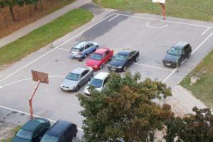 Klaipėdiečiai pasipiktinę: iš krepšinio aikštelės neišguja automobilių